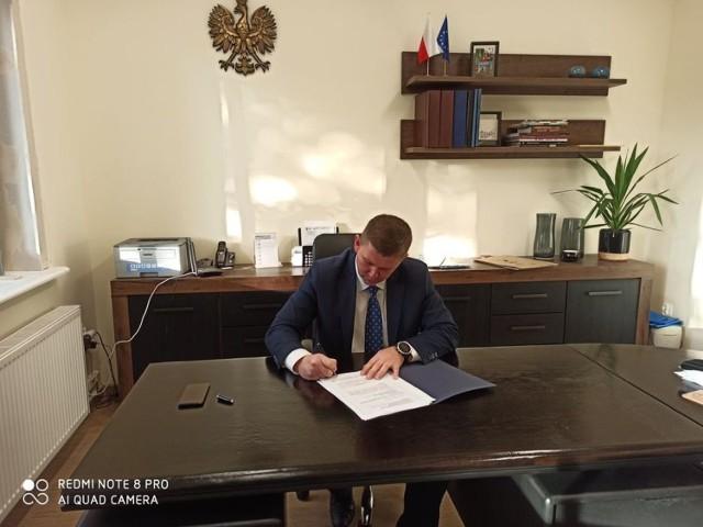 Wójt Gminy Dąbrowa Biskupia Marcin Filipiak podpisał umowę z Szpitalem Wielospecjalistycznym im. dr. L. Błażka w Inowrocławiu na udzielenie wsparcia finansowego na zakup aparatu kardiomonitora