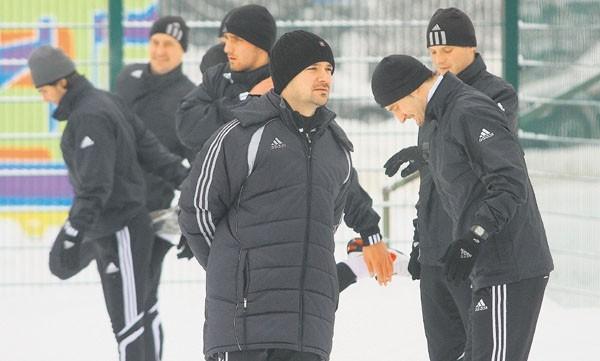 Trener Rafał Ulatowski nie ma powodów do radości. W najbliższych tygodniach może stracić kilku zawodników