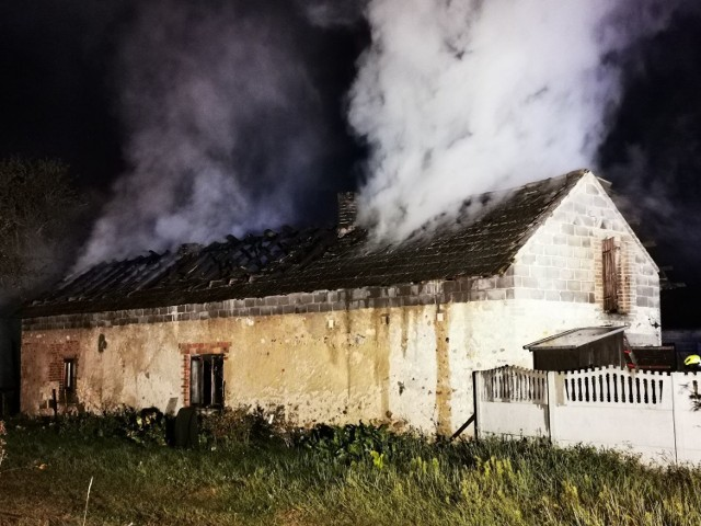 Doszczętnie spłonęła stodoła i dach budynku gospodarczego  Zobacz kolejne zdjęcia. Przesuwaj zdjęcia w prawo - naciśnij strzałkę lub przycisk NASTĘPNE