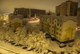 Łódź zasypana śniegiem. Warstwa białego puchu pokryła ulice, drzewa, dachy i chodniki