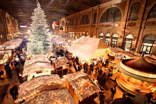 Ten jeden z najbardziej znanych marketów świątecznych w Szwajcarii znajduje się na stacji pociągów. Wraz z ponad 150 straganami, jest to jeden z największych marketów światecznych w Europie. Zobaczymy tu również choinkę na 50 metrów wysokości, udekorowaną niezwykłymi kryształami Swarovskiego.  O 19 listopada do 24 grudzień.