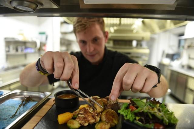 """Comber z sarny, stek z polędwicy wołowej albo... krokodyl. W restauracjach w Toruniu nie brakuje wykwintnych dań dla prawdziwych smakoszy. My wybraliśmy dla Was te """"naj"""" - najdroższe, najbardziej luksusowe, a według niektórych gości restauracji - najsmaczniejsze. Czy odważycie się ich spróbować? Zobaczcie, ile kosztują najdroższe potrawy w toruńskich restauracjach. Oto ceny.   Czytaj dalej. Przesuwaj zdjęcia w prawo - naciśnij strzałkę lub przycisk NASTĘPNE"""