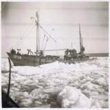 Mroźna zima w 1947 roku w Ustce. Bałtyk zamarzł, porty były odcięte od świata [ZDJĘCIA]