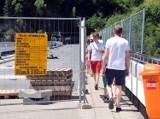 Turyści spacerują gęsiego. Trwa uszczelnianie zapory w Solinie