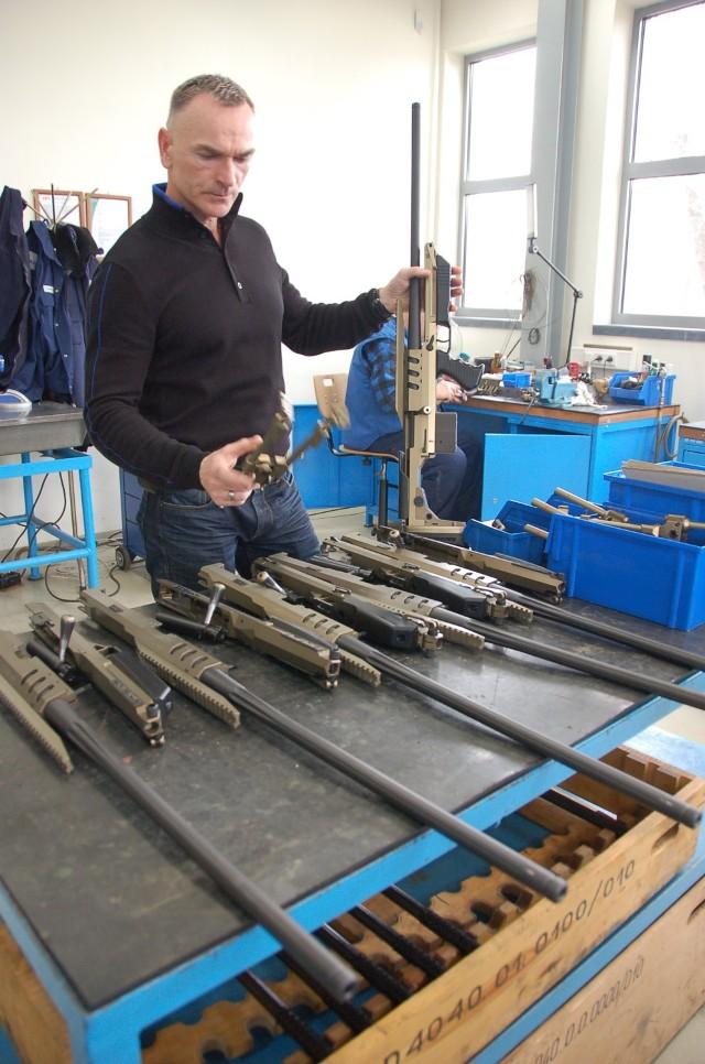 W ZM w Tarnowie produkuje się m.in. karabiny wyborowe, które skonstruował Aleksander Leżucha, pracownik tej spółki (na zdjęciu)