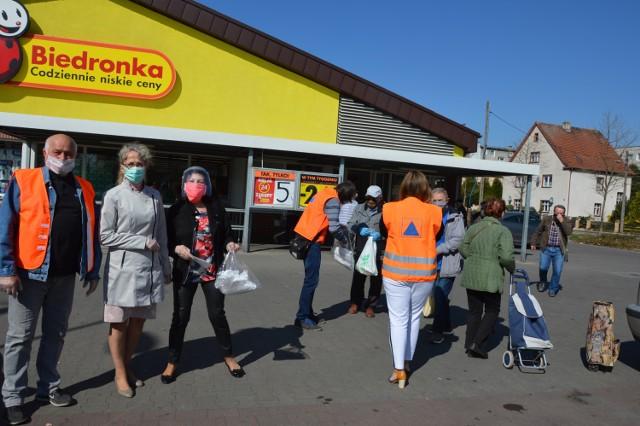 W Żaganiu wolontariusze, urzędnicy i radni rozdali 12 tys. maseczek mieszkańcom miasta.