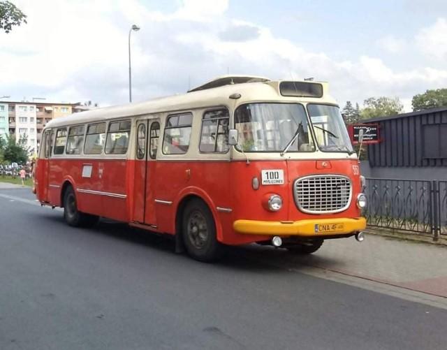"""Przedstawiamy grupę pasjonatów z Konina, którzy realizują właśnie fantastyczny projekt, związany z pielęgnowaniem pamięci o dawnych autobusach, którymi niegdyś poruszali się mieszkańcy naszego miasta. To pomysł Stowarzyszenia RetroTrans w Koninie. Już 14 sierpnia podczas przyjazdu zabytkowym """"ogórkiem"""" czasów PRL-u, odbędzie się zbiurka na remont atobusu Scania z 1976 roku."""