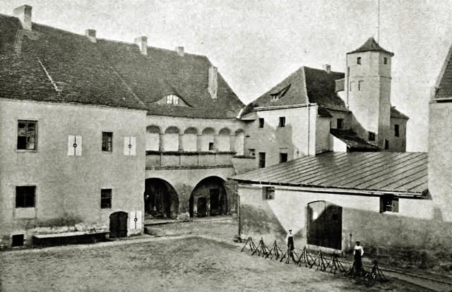 Widok na dziedziniec w 1895 roku.