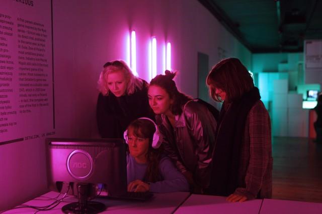 """Zdjęcia z wystawy """"Od Marienbadu do Novigradu"""" o historii polskich gier komputerowych."""