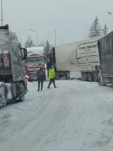Opady śniegu sparaliżowały Wałbrzych. Tiry blokują drogi, miasto w gigantycznym korku. Będzie więcej pługów, ale dopiero po godz. 18