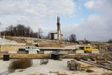 Kraków. Pogoda sprzyja przyspieszeniu budowy Trasy Łagiewnickiej. Prace prowadzone są przez małe brygady zachowujące odstęp [ZDJĘCIA]