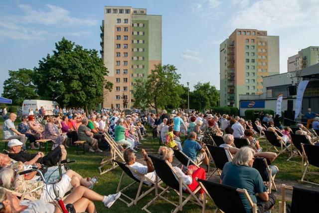 """""""Muzyczna karuzela"""" to festiwal piosenek lat 50. i 60. na bydgoskim Błoniu. Koncerty zaplanowano na sobotę i niedzielę, 24 i 25 lipca 2021 r."""