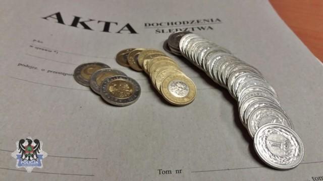 Część odzyskanych przez policję pieniędzy, które pochodzą z włamania do automatycznej myjni samochodowej w Krzeszowie