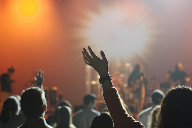 Koncerty we Wrocławiu, sierpień 2021. Zobaczcie, na jakie koncerty warto wybrać się w sierpniu 2021 roku. Oto imprezy i koncerty organizowane w naszym mieście w najbliższych tygodniach.  Kliknij w pierwsze zdjęcie i kieruj się strzałkami, by przeglądać dalej.