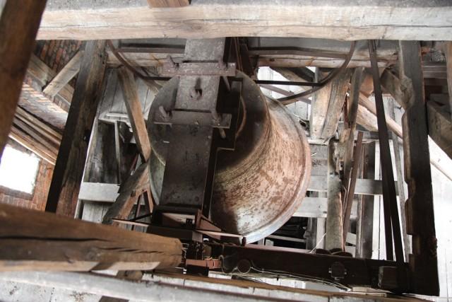 Niezwykłe odkrycie w Żarach! Dzwon na żarskiej dzwonnicy ma 100 lat!