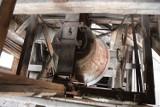 Niezwykłe odkrycie w Żarach! Dzwon na żarskiej dzwonnicy ma 100 lat! Odkryli to pracownicy Muzeum Pogranicza Śląsko-Łużyckiego