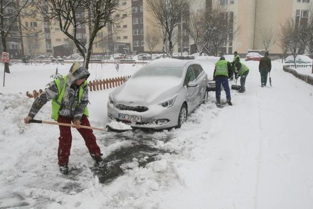 Intensywne opady śniegu już we wtorek. Kolejne opady spodziewane są w środę. Niestety będzie im towarzyszył silny wiatr, wiejący z prędkością około 70 km/h a w porywach nawet do 100 km/h.  Prognoza pogody dla Katowic na następne dni  SPRAWDŹ NA NASTĘPNYCH TABELACH >>>