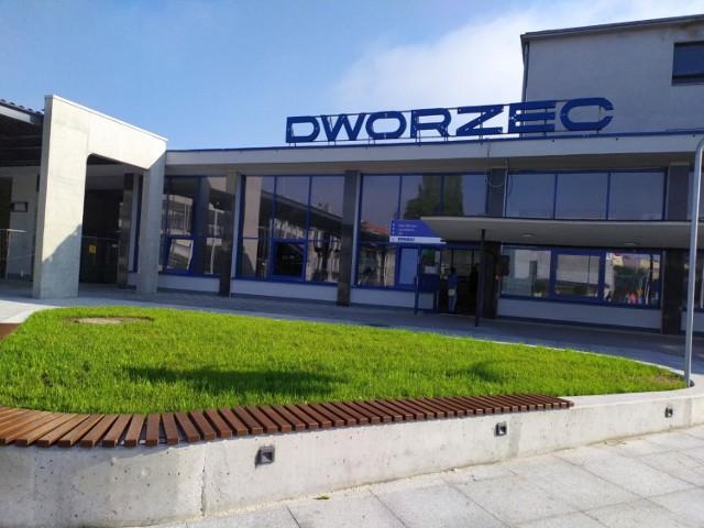 """Już wkrótce otwarcie centrum przesiadkowego """"park&ride"""" w Lublińcu! Otoczenie dworca zmieniło się na lepsze"""