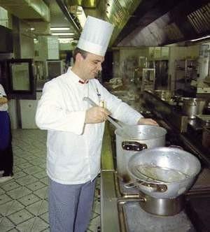 Przygotowania do kolacji wigilijnej sprawiają, że wiele czasu spędzamy w kuchni. Fot. TOMASZ ZABOROWICZ