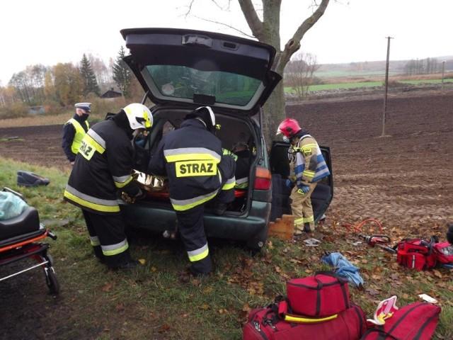 Strażacy udzielili uczestnikom wypadku kwalifikowanej pierwszej pomocy
