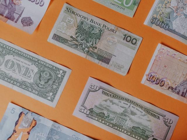 Pensja minimalna w 2020 roku w Polsce poszła znacznie w górę. Jak się okazuje, podwyżka minimalnego wynagrodzenia miała miejsce również w wielu innych krajach. Jak na ich tle wypadamy? Sprawdził to portal Picodi.com, który porównał także, jak wysokość minimalnego wynagrodzenia ma się do jego realnej wartości. Zobacz, czy w Polsce rzeczywiście pensja minimalna wystarcza na niewiele!