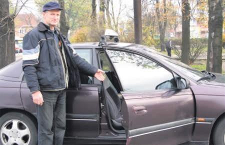 Zdaniem taksówkarza Ryszarda Ochockiego taksówek w Ciechanowie jest wystarczająco dużo. Klienci mają inne zdanie, foto: Magdalena Wojtaś