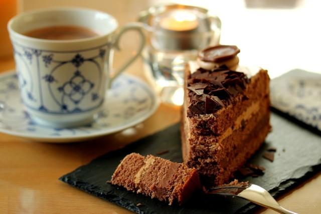 Święto Czekolady w Łodzi odbywa się już po raz trzeci. W 2018 roku odbędzie się w dniach od 6 do 15 kwietnia. W czasie imprezy spróbujemy najlepszych deserów z czekoladą w roli głównej, które osłodzą łodzianom początek wiosny.   Lista deserów łódzkich restauracji i kawiarni w 2018 roku [PROGRAM]