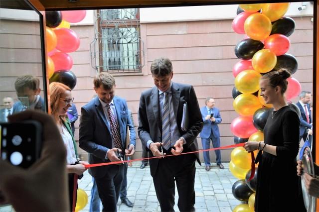 Ambasador przeciął wstęgę w nowym Centrum Młodzieżowym w Opolu wraz z Michałem Schlueterem, wiceprzewodniczącym VdG odpowiedzialnym za projekty młodzieżowe.