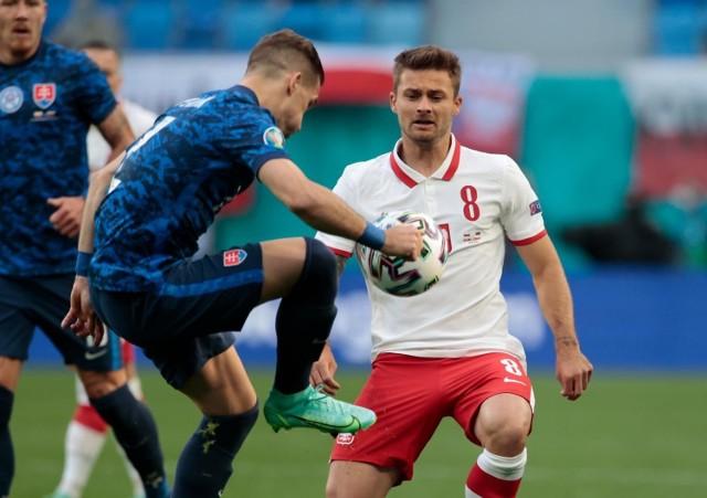 Po Euro 2020 nie będziemy świadkami rekordowych transferów naszych zawodników. Ich słaby występ nie zachęca potencjalnych inwestorów, dlatego lato dla Polaków nie jest zbyt udane. Co nie oznacza, że nie potrzebują oni zmian. Przed Wami lista polskich zawodników, którzy potrzebują zmiany otoczenia, by nadal się rozwijać lub wycisnąć jeszcze ze swojej kariery coś ekstra.