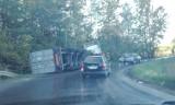 TIR wpadł do rowu na DW790 w Niegowonicach. Były utrudnienia