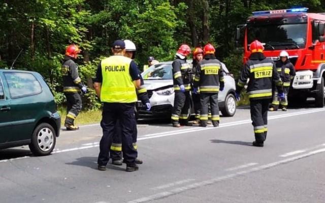 Do wypadku doszło na drodze krajowej 908 między Tarnowskimi Górami a Miasteczkiem Śląskim,  przy zjeździe z trasy do zalewu Nakło Chechło.   Jak informuje tarnogórska policja zderzyły się trzy samochody, jedna osoba została ranna.