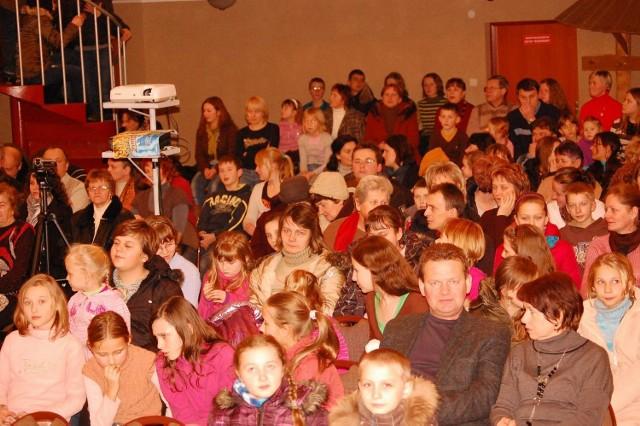 Sala Domu Kultury w Borzęcinie wypełniła się po brzegi