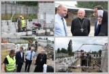 Tak wygląda budowa schroniska dla bezdomnych Caritas we Włocławku - wizyta marszałka, biskupa i prezydenta [zdjęcia]
