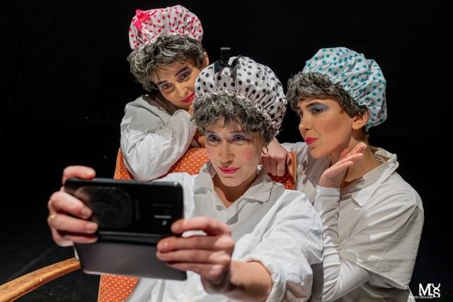 """Daria Kubisiak w spektaklu """"Robotnica albo 27 omdleń klasy robotniczej"""" pokazuje rolę kobiet w strajkach przeprowadzanych w PRL."""