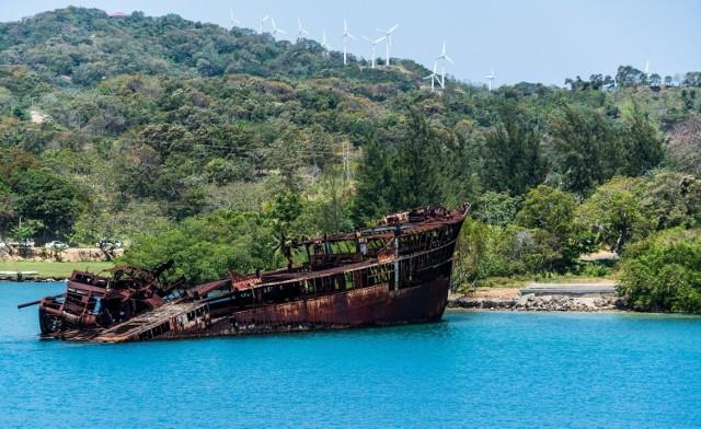 U wybrzeży wyspy Roatán należącej do Hondurasu turyści mogą podziwiać nietypową atrakcję, jaką jest zatopiony w latach 70. XX w. statek. Nie jest jasne, co go spotkało, ale na temat wraku krąży wiele legend. Jedna z wersji głosi, że statek miał jakiś związek z rewolucją w Nikaragui i dlatego został zatopiony. Inna głosi, że statek przewoził drewno i zatonął podczas potężnej burzy.