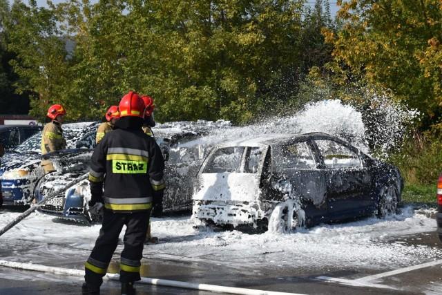 Pożar samochodów osobowych na parkingu w Olkuszu