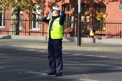 Ręczne kierowane ruchem. Czy wiesz, jakie polecenie wydaje Ci policjant ?