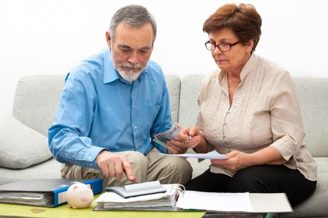 """ZUS wypłaci czternastą emeryturę wszystkim uprawnionym z urzędu wraz ze świadczeniem za listopad 2021 roku. Pełną kwotę czternastej emerytury, czyli 1250,88 zł brutto, dostaną osoby, których świadczenie podstawowe nie przekracza 2900 zł brutto.   W przypadku wyższych emerytur czternastka będzie pomniejszona o kwotę przekroczenia, zgodnie z zasadą """"złotówka za złotówkę"""". Osoby, których świadczenie będzie równe lub wyższe 4150,88 zł brutto nie otrzymają czternastki.  Zobacz wyliczenia swojej Czternastej Emerytury w dalszej części galerii >>>"""