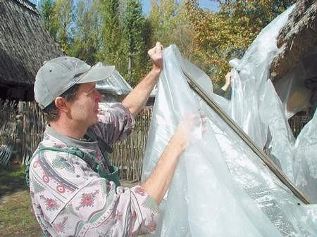 Sposób polega na uszczelnieniu budynku folią i wyłożeniu na tekturowych tackach granulatu. Fot: MAGDALENA CHAŁUPKA