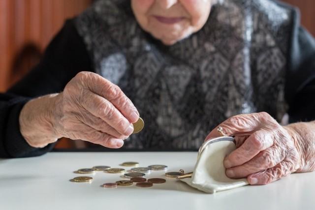 Zakład Ubezpieczeń Społecznych ujawnił wysokość najwyższych i najniższych emerytur w Polsce. Rekordową kwotę otrzymuje emerytka z kujawsko-pomorskiego. Na jej konto miesięcznie trafia ponad 25 tys. zł. Jak to możliwe?   Czytaj dalej. Przesuwaj zdjęcia w prawo - naciśnij strzałkę lub przycisk NASTĘPNE