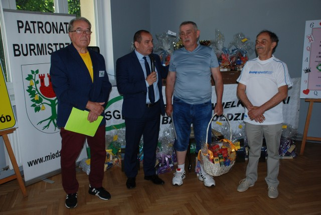 Międzychodzcy karciarze zagrali o puchar burmistrza w kopa sportowego oraz tysiąca (26.06.2021).