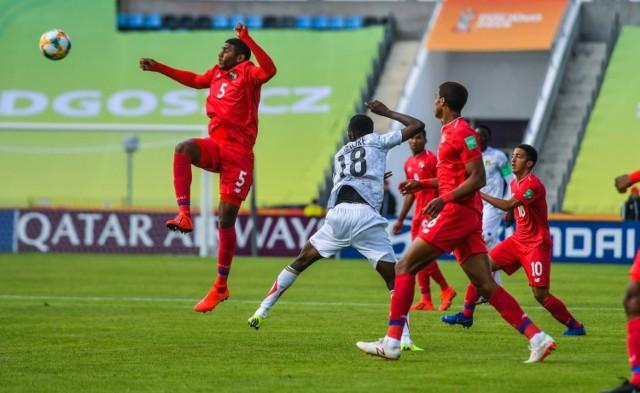 Stadion Zawiszy gościł reprezentacje Panamy i Mali, które rozpoczęły rywalizację w grupie E. Odrobinę więcej szans przed meczem dawano Mali. Zespół z Afryki częściej był przy piłce i swoją przewagę udokumentował golem. W 39. minucie Boubacar Konte pokonał Marcosa Allena. Panamczycy dążyli do zmiany niekorzystnego rezultatu, co udało się im w 87. minucie. Diego Valanta wykorzystał rzut karny podyktowany po faulu Abdoulaye Diabiego na Guiilermo Benitezie. Spotkanie w Bydgoszczy oglądało z trybun 2876 widzów.   Flash Info, odcinek 16 - najważniejsze informacje z Kujaw i Pomorza