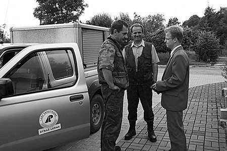 Krzysztof Seweryn i Jan Burkiet ze Straży Leśnej oraz Mariusz Kowalski analizują obecną sytuację w lasach.