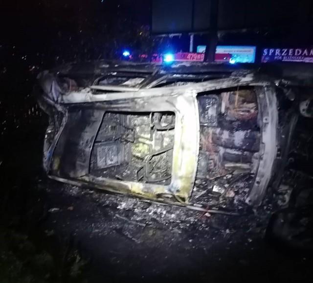 Ukradł samochód, policjanci wyciągnęli go z płonącego jeepa