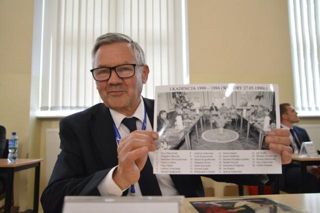 Stanisław Borzyszkowski ze zdjęciem z posiedzenia rady kadencji 1990-1994, które wykonał Kazimierz Rolbiecki