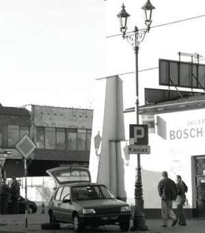 Lampa stoi pośrodku chodnika,  co powoduje że ludzie spiesząc się  na nią wchodzą.