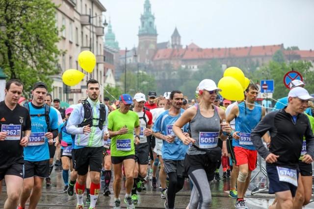 Na niewirtualną rywalizację w PZU Maraton Cracovia biegacze muszą jeszcze trochę poczekać. Na zdjęciu - tak biegano w kwietniu 2019 roku