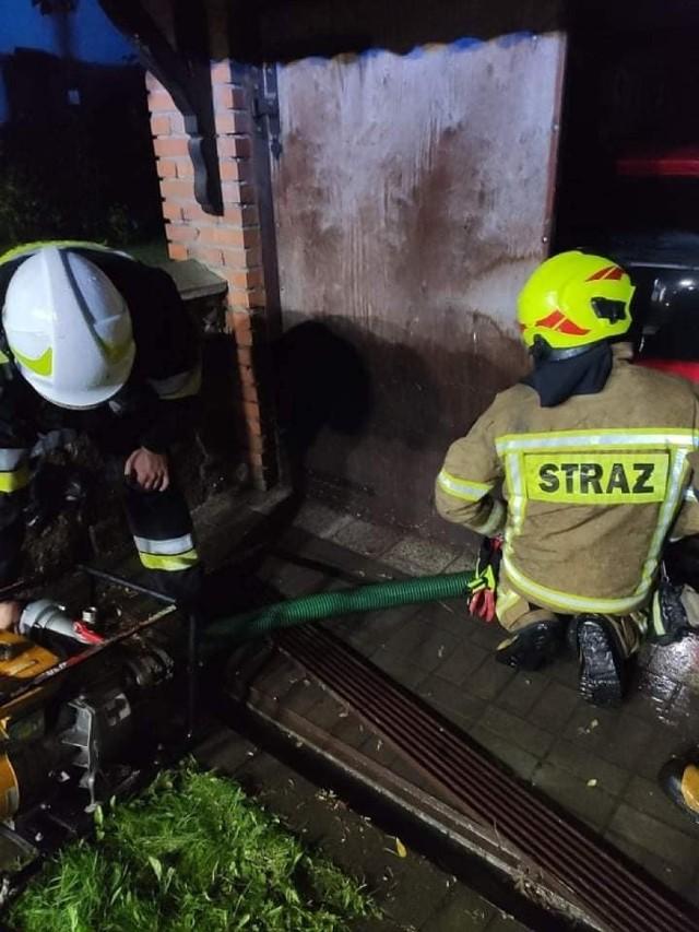 Strażacy kilkanaście razy wyjeżdżali do akcji po burzy, która przeszła dzisiejszej nocy nad powiatem