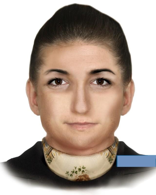Kobieta ma około 50 lat