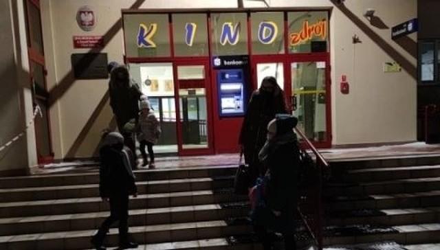 """W piątek, 12 lutego ruszyły kina w całym kraju. W Busku-Zdroju zaczęło działać także kino Zdrój. Zdjęcia, które znajdują się w galerii, zrobiono w sobotę, tuż przed seansem filmu """"Banksterzy"""". Widać na nich kolejkę ludzi oczekujących w kolejce do kas.   >>>Więcej zdjęć na kolejnych slajdach"""